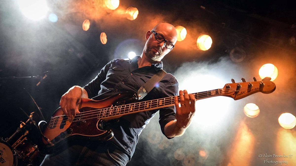 carl stanbridge playing bass with matt schofield